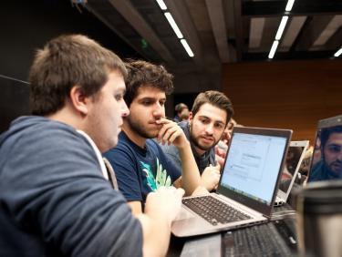 Studenten am Laptop
