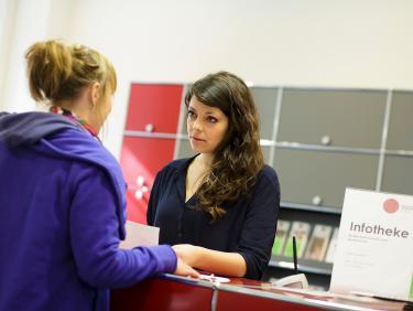 Serviceportal für Studierende - Gesprächssituation an der Infotheke