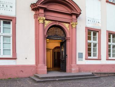 Alte Universität, Eingang mit Platz