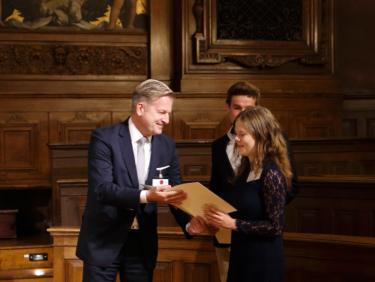 Deutschlandstipendiat erhält die Urkunde vom Förderer bei der Stipendienverleihung